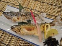 一品料理「鮎とヤマメの塩焼き」