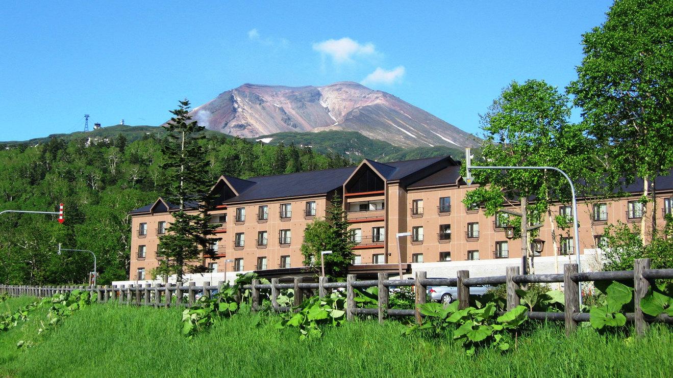 【外観】=夏=旭岳ロープウェイから徒歩3分!旭岳温泉でロープウェイに一番近いホテルです。