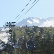 春の旭岳ロープウェイ・旭岳の雄姿が間近に迫る。