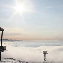 ロープウェイから、晴天時には冬ならではの澄みきった青空を眺める事が出来ます。
