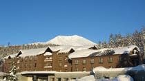 【外観】=冬=真っ青な空と真っ白な旭岳とベアモンテ