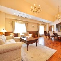 【特別室スイート】リビング 広々とした窓からの展望を楽しめる最上階角部屋。