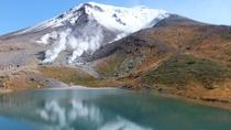 旭岳の山頂付近では、9月中~下旬には初冠雪をした旭岳を見ることができます。
