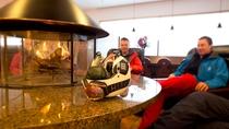 【ラウンジ】冬の暖炉は国際的な憩いのスペース