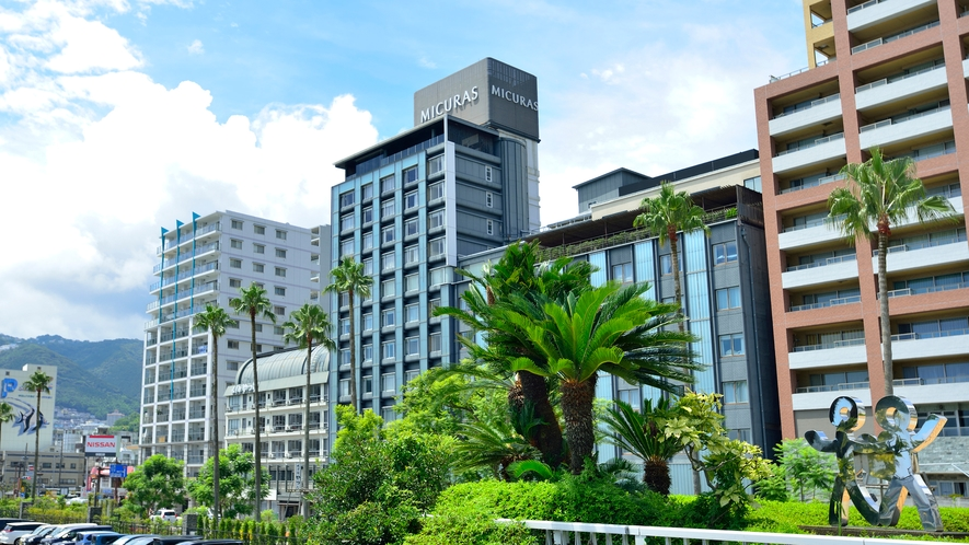 ホテルミクラス外観。目の前は熱海サンビーチ♪