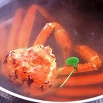 大鍋で湯がく間人ガニのゆでガニ