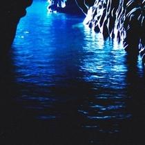 神秘な世界が広がる「青の洞窟」は日本一