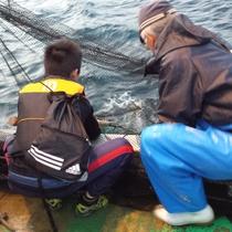とト屋ならではの体験「定置網体験」漁師さんと一緒に朝日を眺めながら…