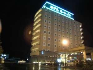 【外観夜】青信号と同じ色で「ルートイン」が光っております。