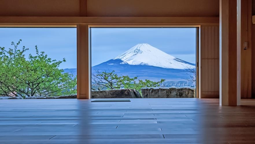 富士山を望む「禅寺」で写経体験も。