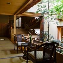 廊下より中庭を望む