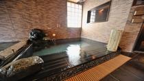 【男性】水風呂(夏場の水温:22~24℃/冬場の水温:12~14℃/)