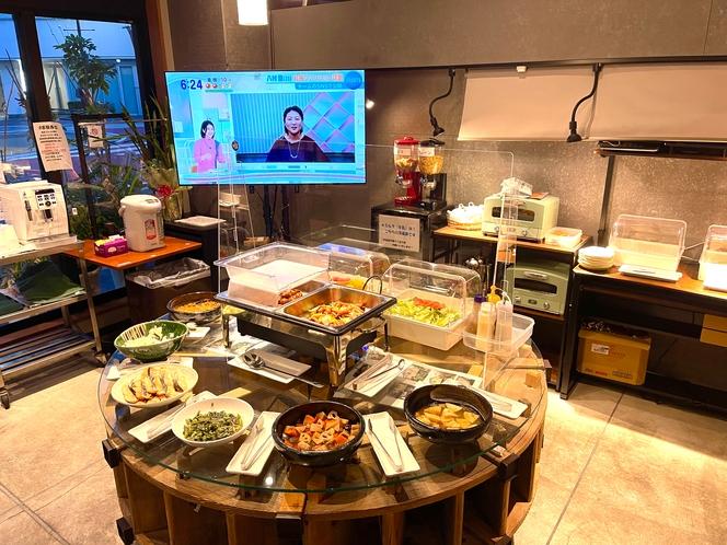 新朝食会場は、料理を取りやすい円卓!明るいホール