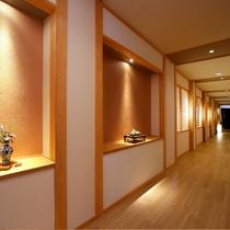 【大浴場へ続く廊下】落ち着いた雰囲気を廊下を抜けると…
