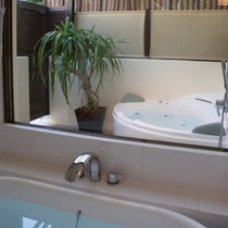 【ブーゲンビレア・スイート67平米】   2つバスルームあります。猫足バスタブと半露天ジェットバス