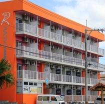 ⑩お疲れ様でした。オレンジ色の建物が目印。バス停の目の前が当館です。