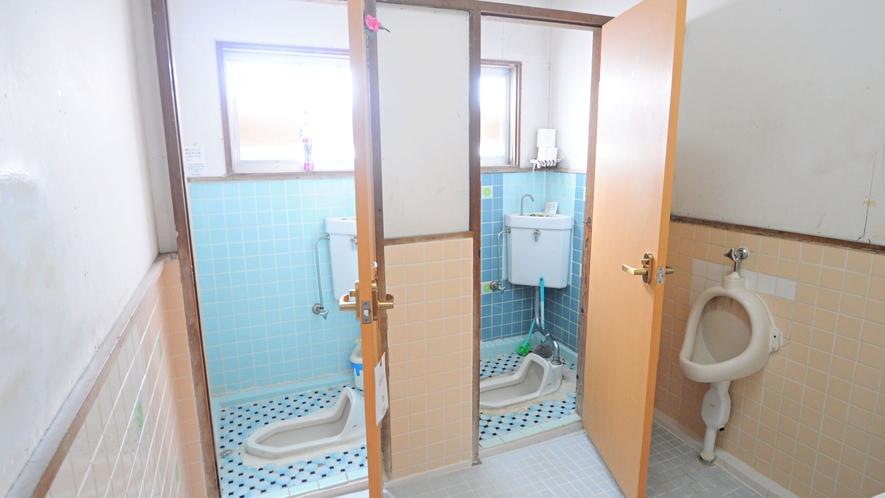 【共同トイレ(和式)】写真は男子トイレです