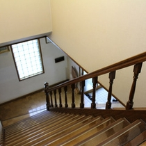 *当館の密かな名物である、懐かしい階段で2階の客室へ♪