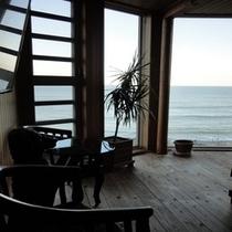 海が見渡せる大きな窓