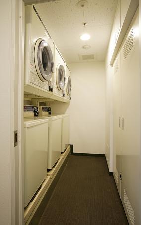 部屋の洗濯乾燥機以外にもランドリー室もございます。