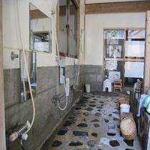 岩風呂洗い場