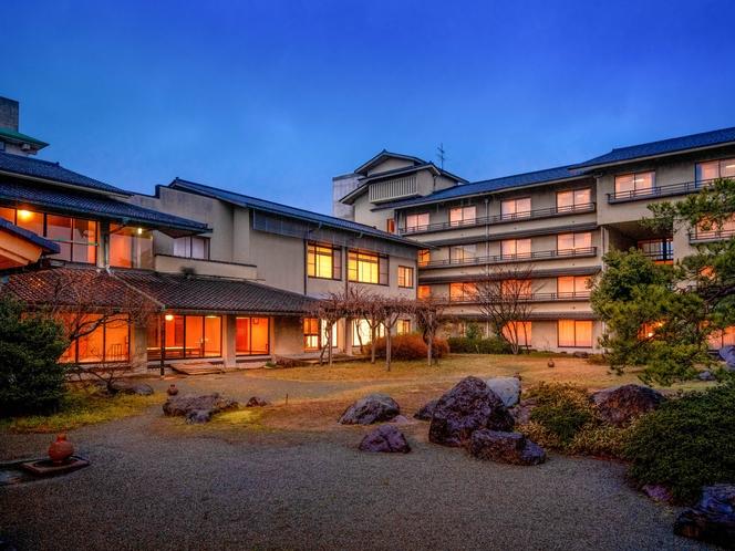 【外観】130余年の歴史を誇るあわらの湯を堪能できる純和風の温泉旅館