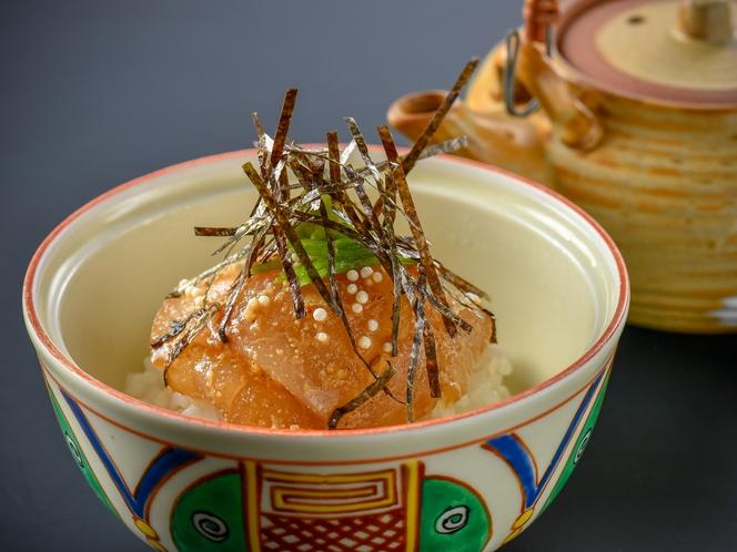 【鯛まま】新鮮な鯛の刺身を熱々のご飯に乗せ、さらに熱い出汁をかけていただく地元の漁師料理♪