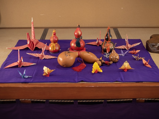 【フロント】瓢箪の置き物や季節の飾り物で皆様をお出迎え♪