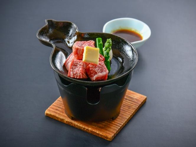 【牛サイコロステーキ】目の前で焼き上げるので、焼き加減はお好みでお楽しみいただけます♪