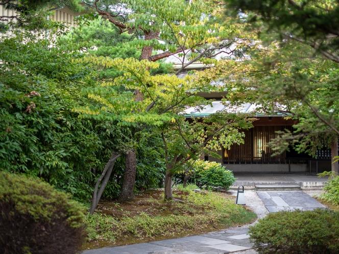 【玄関】瓢門を進めば街の騒めきがふっと途絶え、美しい緑に空間がお出迎え