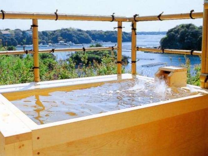 あご湾を眼下に見下ろせる海華亭の露天風呂