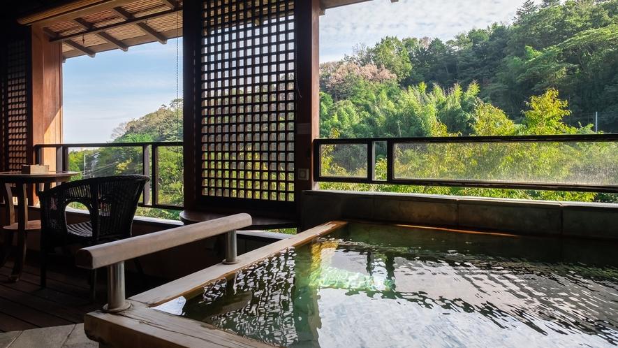 【Gタイプ:漱石】お部屋の露天風呂。目の前の千歳川のせせらぎを聞きながらぜいたく時間を