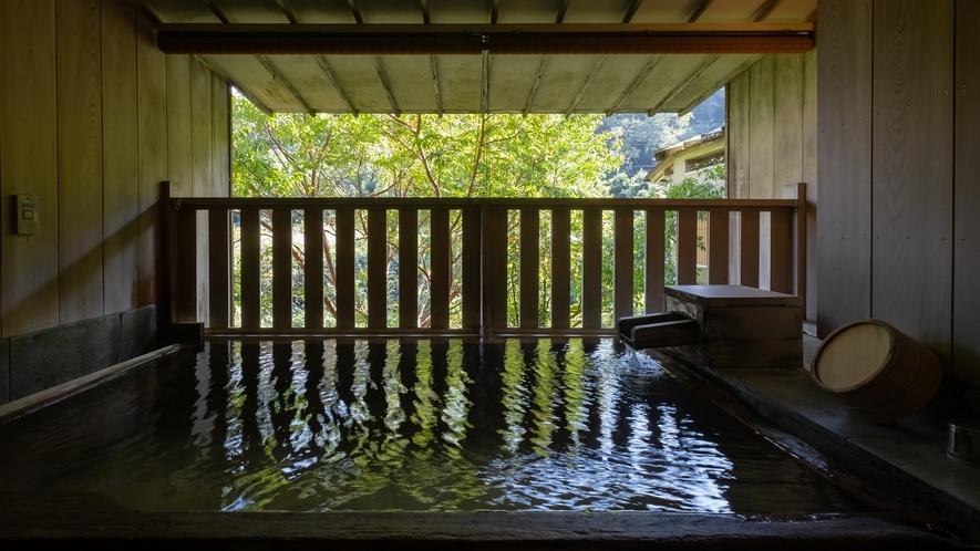 【Eタイプ:独歩】檜の浴槽の露天風呂。川のせせらぎを感じお寛ぎください。