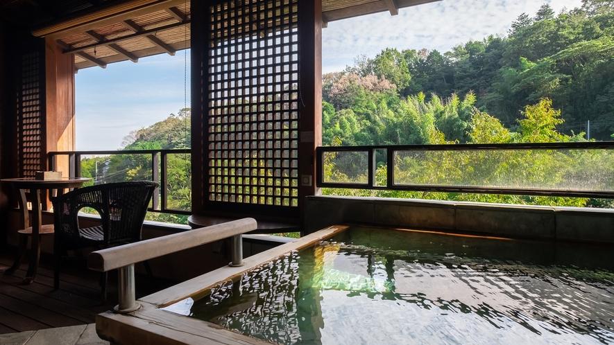 【Fタイプ:藤村】露天風呂の簾越しに相模湾も望め、眼下に流れる千歳川のせせらぎがBGMの客室です。
