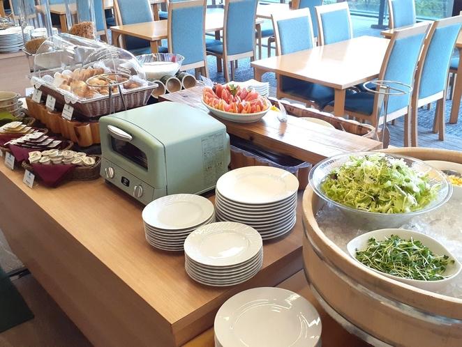 朝食バイキングは地元高千穂の食材を使用。郷土料理メニューもありますよ♪