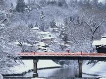 雪化粧をした赤い中橋