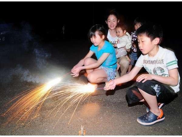 星空のもとご家族で花火を楽しみましょ〜