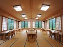 夕食は、テーブル席の大広間で! 日が長い夏はまだ明るい外の景色を眺めながらの食事です♪