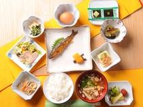 朝食は名物・アユの甘露煮、そば米雑炊、石豆腐など、多彩な品々を。清水で炊くごはんもおかわり自由です♪