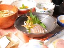 祖谷の郷土料理の代表格ひとつ、こんにゃくのお刺身。やわらかな食感を手作り味噌だれで堪能ください♪