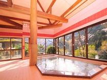 【女性内湯】ガラス張りの大浴場だから、山々を眺めながらのんびりご入浴ください!