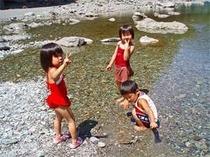 夏は川遊びも