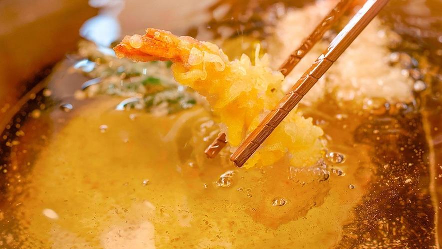 ライブキッチンで揚げたてのサクサク天ぷら
