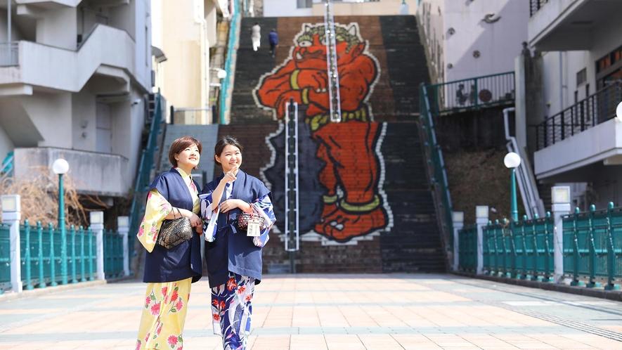 ホテル間は鬼怒川を挟んで向かいに立地しています。徒歩での移動は、「ふれあい橋」を使って約5分