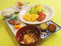 【朝食の一例】地元の食材を使ったヘルシーでバランスのとれたお食事