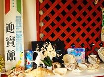 【施設】受付に並ぶ貝殻♪ビーチへの無料送迎もありますよ!