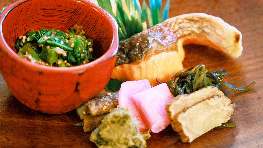 【ご朝食イメージ】季節に合わせた旬のお野菜をわっぱに添えて…