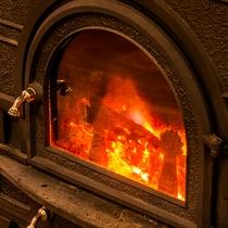 レトロな暖炉が館内をポカポカと温めます。揺らめく炎にうっとり、旅情感に浸って―