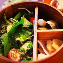 【朝食イメージ】季節に合わせた旬のお野菜をわっぱに添えて…
