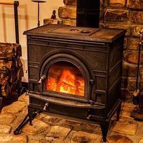 【ロビー】館内を包み込むような暖炉のぬくもりに。時が過ぎるのも忘れてしまいそう。